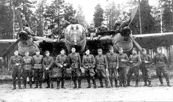 Летный состав 3/Р LeLv 6 перед СБ 2М-103. Аэродром Нуммела, 2.10.1944.