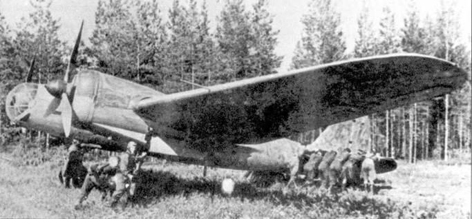 Самолет СБ-2М-100А закатывают на стоянку после боевого вылета, лето 1941 года.