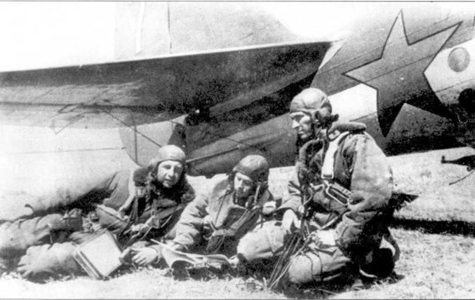 Экипаж у СБ, лето 1941 (слева направо): стрелок старшина А.Г.Васильев, летчик. стар. лейтенант А. В Березнер и штурман капитан К. Т. Федоров.