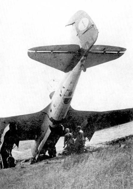 СБ-2 уткнулся носом, совершая вынужденную посадку на неровном поле. Самолет выпущен во второй половине 1940 года и имеет все характерные особенности для машин своей серии: камуфляж, турель и лобовой обтекатель. Обратите внимание на необычные обозначения на самолете.