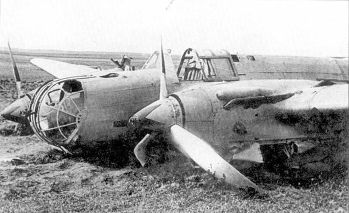 СБ-2бис, совершивший вынужденную посадку лето 1941 года. Самолет в камуфляже старого типа, который перестали наносить в середине 1940 года. Обратите внимание ни красные звезды с черным кантом на коках винтов. Задняя сторона лопастей покрашена в черный цвет.