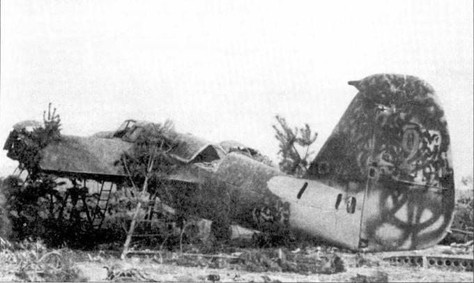 Обломки СБ-2, обнаруженные солдатами 4. PzDiv на одном из аэродромов Киевского ОВО, июль 1941 года. Обратите внимание на окраску этого самолета. Она типична для многих самолетов начала войны. Темпозеленая краска нанесена на серебристый грунт.
