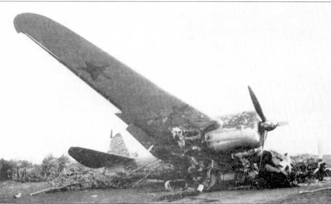 Обломки СБ-2, обнаруженные солдатами 4. PzDiv на одном из аэродромов Киевского ОБО, июль 1941 года. Обратите внимание на тактический так на руле направления.