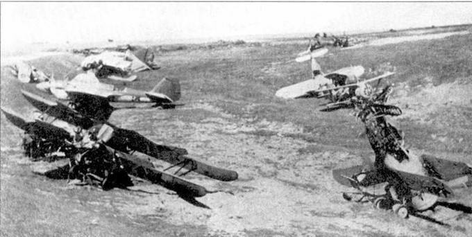 Обломки самолетов, обнаруженные немцами летом 1941 года. Два любопытных снимка УСБ. В обоих случаях фюзеляж выкрашен в два цвета. Граница между цветами проходит точно по технологическому шву, соединяющему кабину инструктора к стандартному фюзеляжу. У одного из самолетов характерный тактический номер па руле направления.