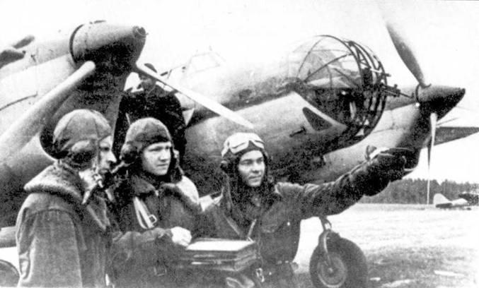 Экипаж СБ перед боевым вылетом, лето 1941г. Слева направо: стрелок сержант Н.Ладутько, штурман младший лейтенант Д.Селезнев и летчик лейтенант Н. Овсянников.