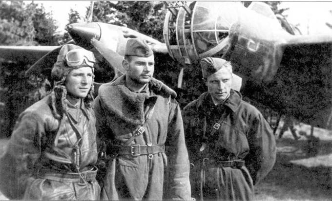 Экипаж разведчика СБ (слева направо): летчик мл. лейтенант И.М.Левин, штурман лейтенант П.Н.Полосухин и стрелок П. С.Рожков. Северо-Западный фронт, лето 1941.