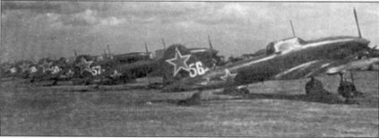 Линейка Ил-10 на аэродроме в Восточной зоне оккупированной Германии в конце 40-х годов. Эти самолеты несут свои тактические номера (нарисованные белым) на корневой части киля. Все они оборудованы антенной радиополукомпаса установленной на гребне фюзеляжа в его хвостовой части.