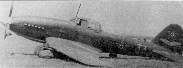 Этот Ил-10 венгерских ВВС, желтый №33, повредил стойки шасси при посадке на аэродроме в Таполсе. Желтые крылья (нарисованные на киле)— значок который несли все Ил-10 базировавшиеся в Таполсе, был введен в мае 1953г. Самолет имеет оранжевый кок винта.