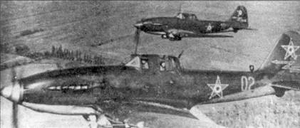 Пара Ил-10 «Пардус» (Пантера) с базы в Секешфехервар-Тас, вооруженных бомбами ФАБ-100 на внешних бомбовых замках. Красная стрела на киле имеет тонкую белую обводку. Самолет на переднем плане имеет голубой кок винта, в то время как у самолета на втором плане кок оливково-зеленый.