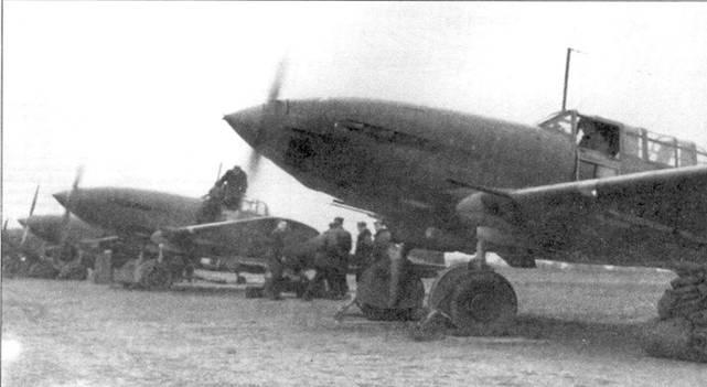 Группа лицензионных «Штурмовиков» одного из польских штурмовых полков, 50-е годы. На первом плане СБ-33. Все самолеты имели коки окрашенные в цвета эскадрильи, при чем на боевых машинах на них еще наносилась белая полоска.