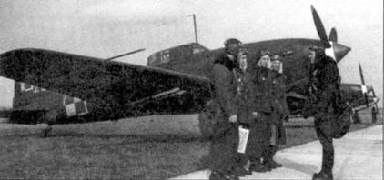 Линейка Avia Б-33 принадлежащих 30-му польскому полку морской авиации. Эти самолеты подверглись модификации — установке подкрыльевых ракетных направляющих. Слегка наклоненная вперед антенная мачта — один из отличительных признаков Б-33.