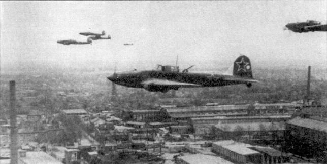 Группа Ил-2 из 16 Воздушной Армии (ВА) в полете над Берлином, апрель 1945г.
