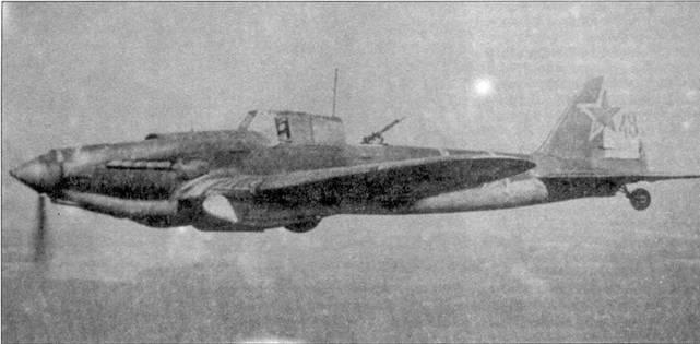 Двухместный Ил-2 возвращается с боевого задания на базу.