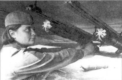 Рядовой Е.П.Буторина из 6 ШАП, устанавливает ракеты РС-82 на падкры- льевые направляющие РО самолета Ил-2 Тип 3, август 1943г. По виду направляющих для ракет можно определить, что это Ил-2 Тип 3 ранних серий.