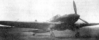 Поздний Ил-2 Тип 3 на промежуточном аэродроме в ходе перелета с завода №18 на фронт. Самолет имеет направляющие для ракет поздней конструкции — с обтекателями