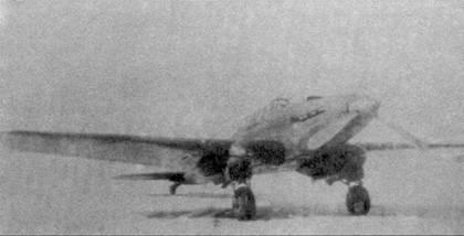Два вида Ил-8 №1, 1942г. Даже не имея масштабной шкалы, отчетливо видно, что основные элементы самолета увеличены — удлинен фюзеляж, выше стали стойки шасси. На нижнем фото хорошо видно, что самолет имел полностью измененную систему охлаждения, так как под фюзеляжем отсутствуют какие-либо радиаторы.
