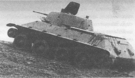 Колёсно-гусеничный танк А-20 на колёсном ходу преодолевает косогор. НИБТПолигон, 1939 год