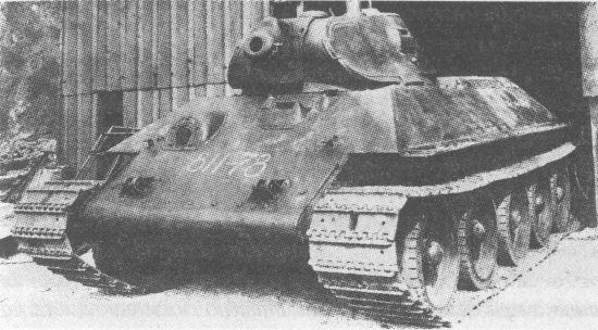 Один из первых серийных танков Т-34. На этой машине ещё отсутствуют защитные планки по периметру водительского люка. 1940 год