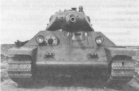 Серийный танк Т-34. Крышка люка механика-водителя оснащена защитной планкой, перекрывающей зазор между крышкой и лобовым листом корпуса. По периметру люка приварена ещё одна планка. Такая конструкция обеспечивала защиту от проникновения внутрь корпуса танка свинцовых брызг при ружейно-пулемётном обстреле
