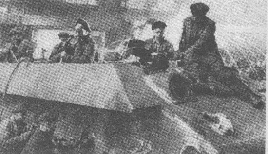 Зачистка сварных швов на корпусе танка Т-34