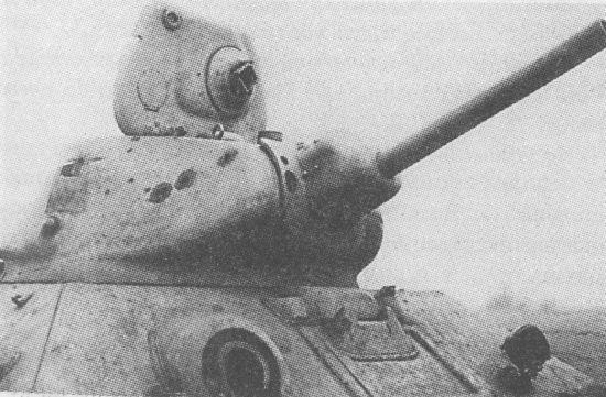 Танк Т-34 с пушкой Л-11 В борту башни хорошо видны три пробоины