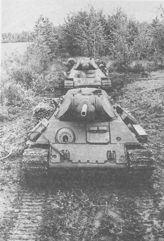 «Тридцатьчетвёрки», оборудованные дополнительной лобовой бронёй на СТЗ. Калининский фронт, 1942 год
