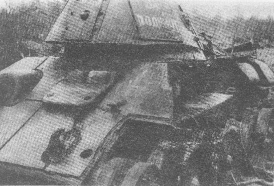 Один из недостатков компоновки танка Т-34 – размещение топливных баков по бортам боевого отделения. Взрыв паров солярки был настолько сильным (взрывались только пустые баки), что оказался роковым для этого танка У этой машины, имевшей дополнительное бронирование корпуса и башни, оторвало по сварке весь левый верхний бортовой лист корпуса