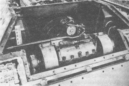 Вид на трансмиссию танка Т-34. Сверху на коробке передач установлен электростартёр, по бокам – бортовые фрикционы