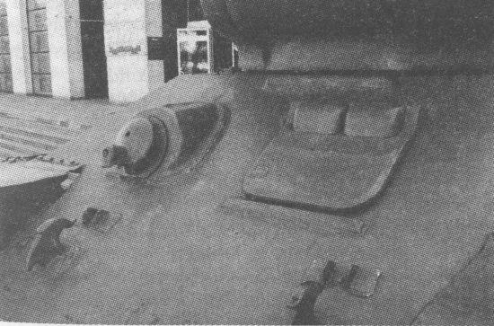 Вид на верхний лобовой лист корпуса с шаровой установкой курсового пулемёта и люком механика-водителя