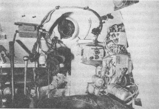 Отделение управления танка Т-34. Место стрелка-радиста. Вверху в центре – шаровая установка курсового пулемёта. Справа – радиостанция