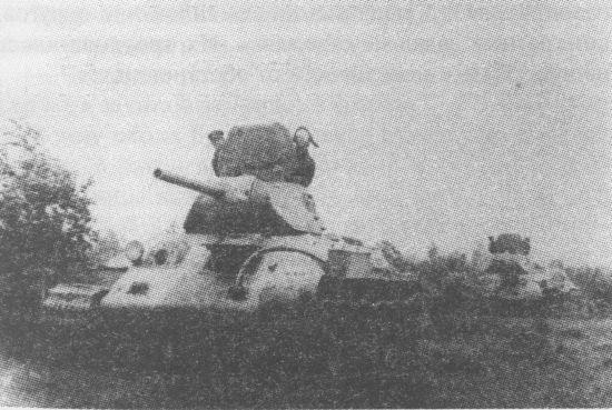 Колонна танков Т-34 выдвигается к линии фронта, 1941 год