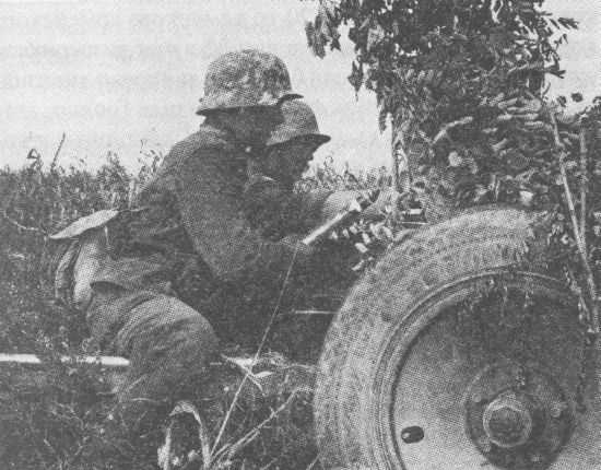 Расчёт немецкой 37-мм противотанковой пушки ведёт огонь по советским танкам