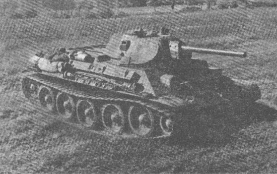 Танк Т-34 выдвигается к передовой. Конец лета 1941 года