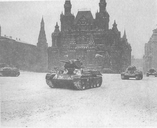 «Тридцатьчетвёрки» 33-й танковой бригады проходят по Красной площади. Москва, 7 ноября 1941 года