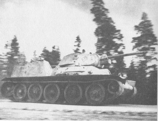 Танк Т-34 с установленными на надгусеничных полках фугасными огнемётами ФОГ-1. 1942 год