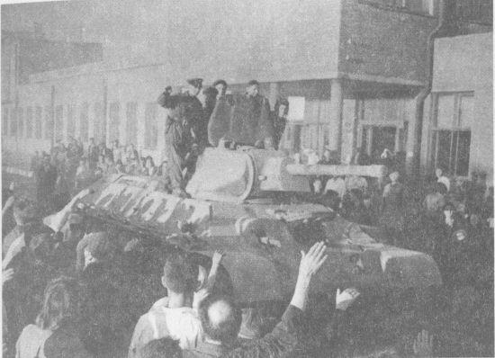 Танки Т-34, изготовленные на СТЗ, уходят на фронт. Август 1942 года