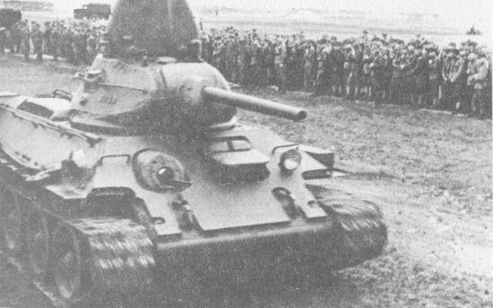 Танк Т-34 1 –го польского танкового полка во время парада в честь принятия присяги 1-й польской пехотной дивизии имени Т. Костюшко. Июль 1943 года. Машина производства завода «Красное Сормово» с дополнительной бронезащитой лобовой части корпуса, выполненной из одного бронелиста