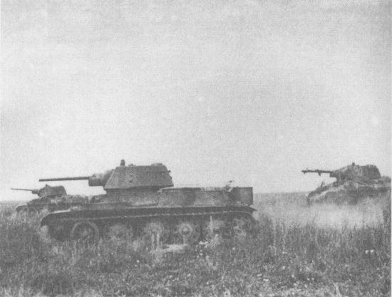 Танки Т-34 на исходной позиции перед атакой. Белгородское направление, июль 1943 года