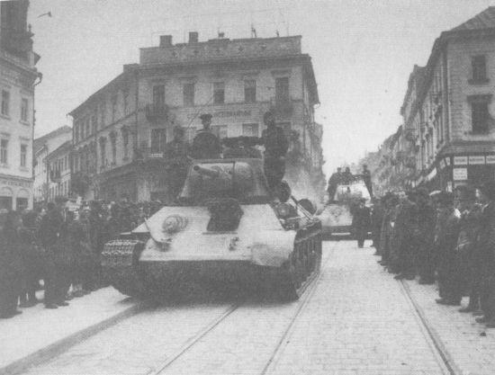 Танки Т-34 проходят по улицам города Черновицы. 1 –й Украинский фронт, 1944 год