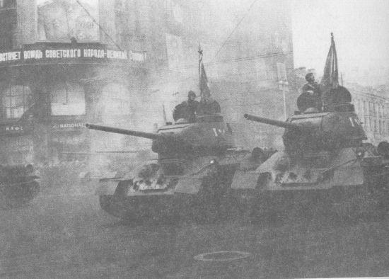 Танки Т-34-85 выпуска 1945 года во главе колонны 4-й гвардейской Кантемировской танковой дивизии направляются на Красную площадь. 7 ноября 1945 года