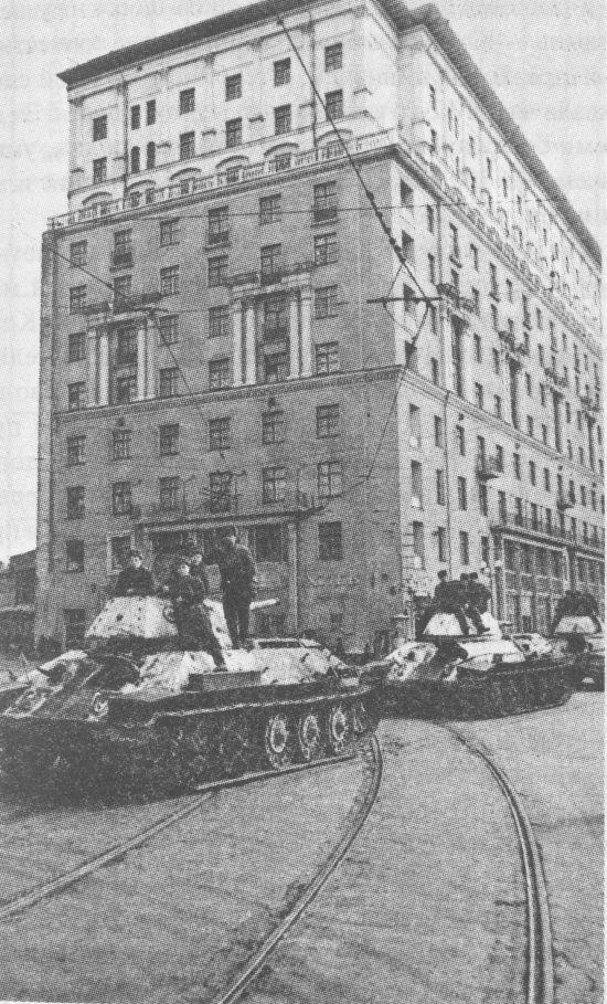 Танки Т-34 производства СТЗ на ул.Горького в Москве. 1942 год