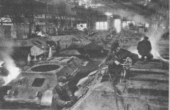 Сборка танков в цеху завода «Красное Сормово». 1942 год