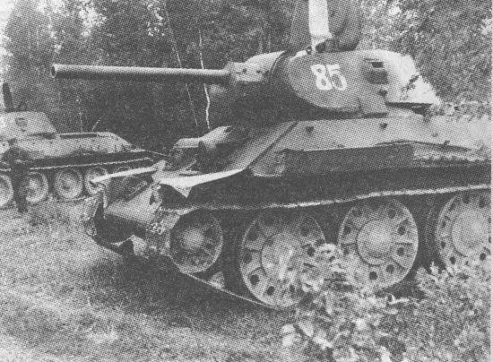 Т-34 производства СТЗ выпуска конца 1941 года с цельнометаллическими опорными катками и необрезиненным направляющим колесом