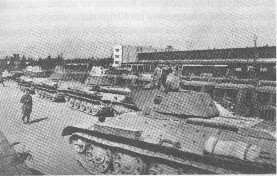 Сдаточная площадка Сталинградского тракторного завода. На переднем плане танки Т-34, на заднем – артиллерийские тягачи СТЗ-5. Июль 1942 года