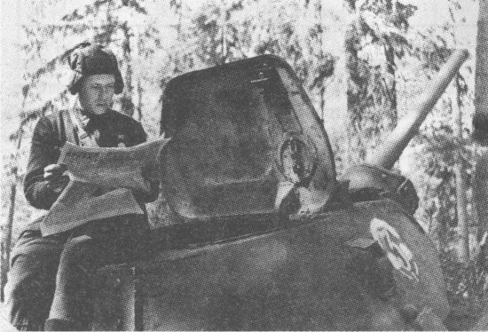 Башенный люк больших размеров нельзя отнести к конструкторской удаче, однако его крышка служила хорошей защитой для танкистов, когда они вели наблюдение за полем боя, высунувшись из люка. Калининский фронт, 3-я гвардейская танковая бригада, весна 1942 года
