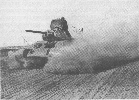 Танк Т-34 84-й танковой бригады выдвигается к месту боевых действий, Юго-Западный фронт, май 1942 года