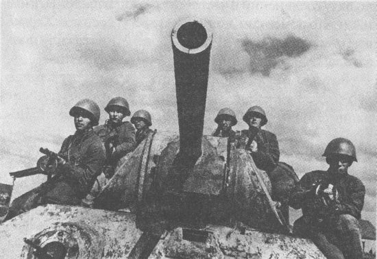 Т-34 с десантом на броне перед атакой. Юго-Западный фронт, 5-я гвардейская танковая бригада, май 1942 года