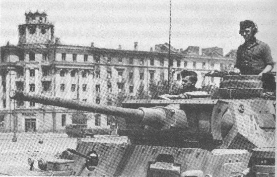Танк PzIII AusfL 16-й танковой дивизии Вермахта на одной из площадей Воронежа. Июль 1942 года. Длинноствольная 50-мм пушка представляла для Т-34 серьёзную угрозу