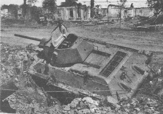 Танк Т-34 производства СТЗ, подбитый на улице Воронежа. Восточный фронт, лето 1942 года