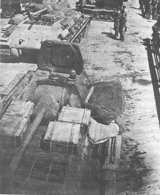Готовые к отправке на фронт танки перед погрузкой на железнодорожные платформы. Сталинградский тракторный завод, весна 1942 года
